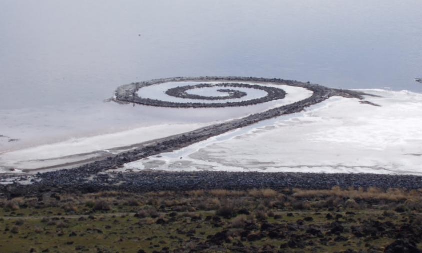 "Robert Smithson's ""Spiral Jetty"" (1970) sedd från Rozel Point. Källa Wikipedia."